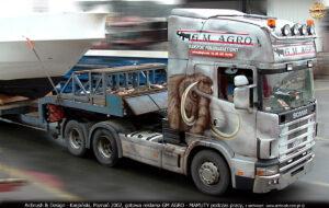 Pomalowany ciągnik siodłowy Scania 124L 400 Topline podczas pracy.