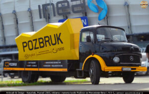 Reklama z makietą kostki Pozbruk na samochodzie Mercedes Benz L 911-5.