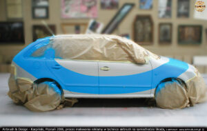 Proces malowania reklamy na samochodzie Skoda w technice airbrush dla firmy Lars.