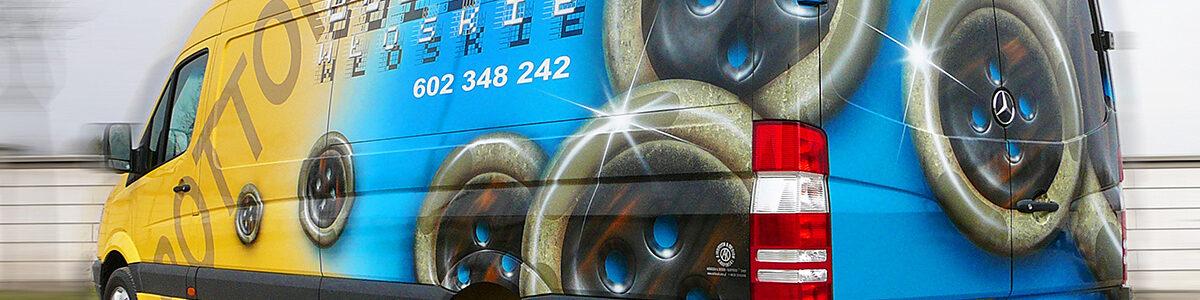 Reklama guzików Bottoni na samochodzie Mercedes Sprinter.