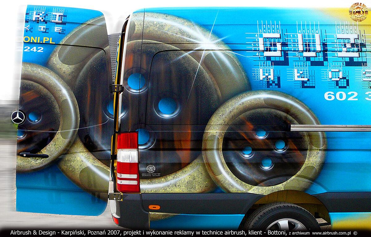 Reklama włoskich guzików Bottoni w technice airbrush na samochodzie Mercedes Sprinter.