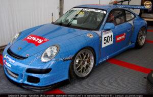 Levis projekt i reklama na samochodzie Porsche 911 w technice folii samoprzylepnych.