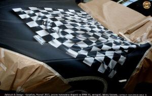 2015-08-20 BMW-X1 proces malowania grafiki w technice airbrush na BMW-X1 dla firmy Romar Polsped.