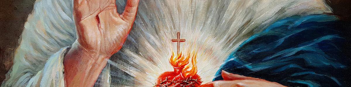 Lewa dłoń wysunięta poza szatę tak, aby palce mogły wskazywać serce. Oraz prawa, w geście błogosławieństwa, z dwoma, złączonymi palcami, na znak dwoistości Jezusa Chrystusa-Boga i człowieka zarazem.