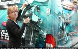 Aplikacja reklamy na samochodzie firmy Fachowiec.